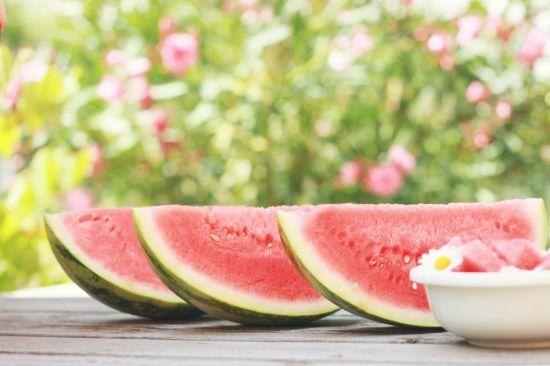 Watermeloen tijdens hete zomerdagen