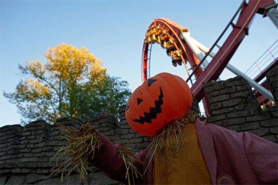 Halloween in pretpark tijdens herfstvakantie